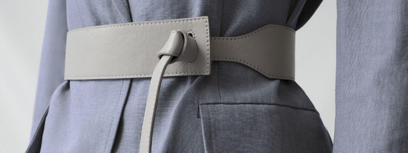 Der Taillengürtel mit Knotenverschluss von Cos verleiht nicht nur Businessoutfits eine elegante Lässigkeit.