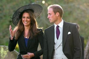 """Prinz William und Herzogin Catherine: Die Hutkreation von """"Get Ahead Hats"""" mit Organza-Krone und Federn wird versteigert."""