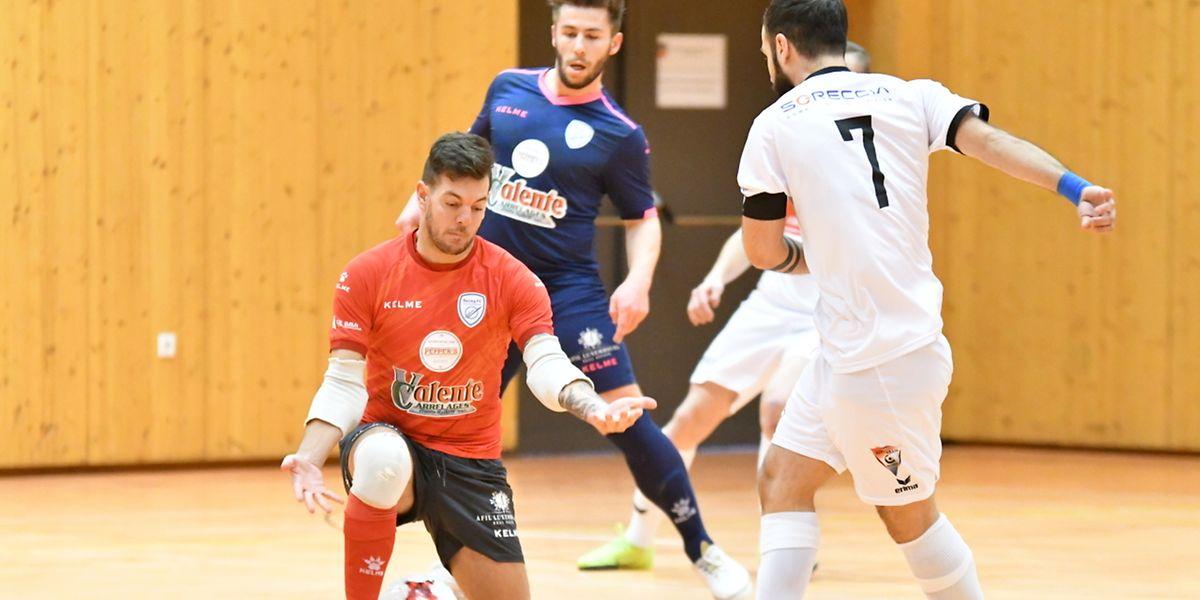 Le ballon semble insaisissable. Le gardien du Racing Moises Valente tente de s'en emparer sous le regard de Tiago Carvalho (Union Titus Pétange).