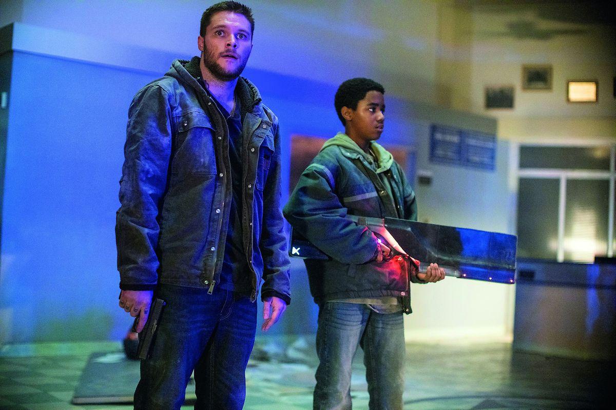 Das Adoptivkind Eli (r.) hilft mit der gefundenen Waffe seinem älteren Bruder Jimmy, dem er sich verbunden fühlt, zu dem er sich aber auch abzugrenzen sucht.