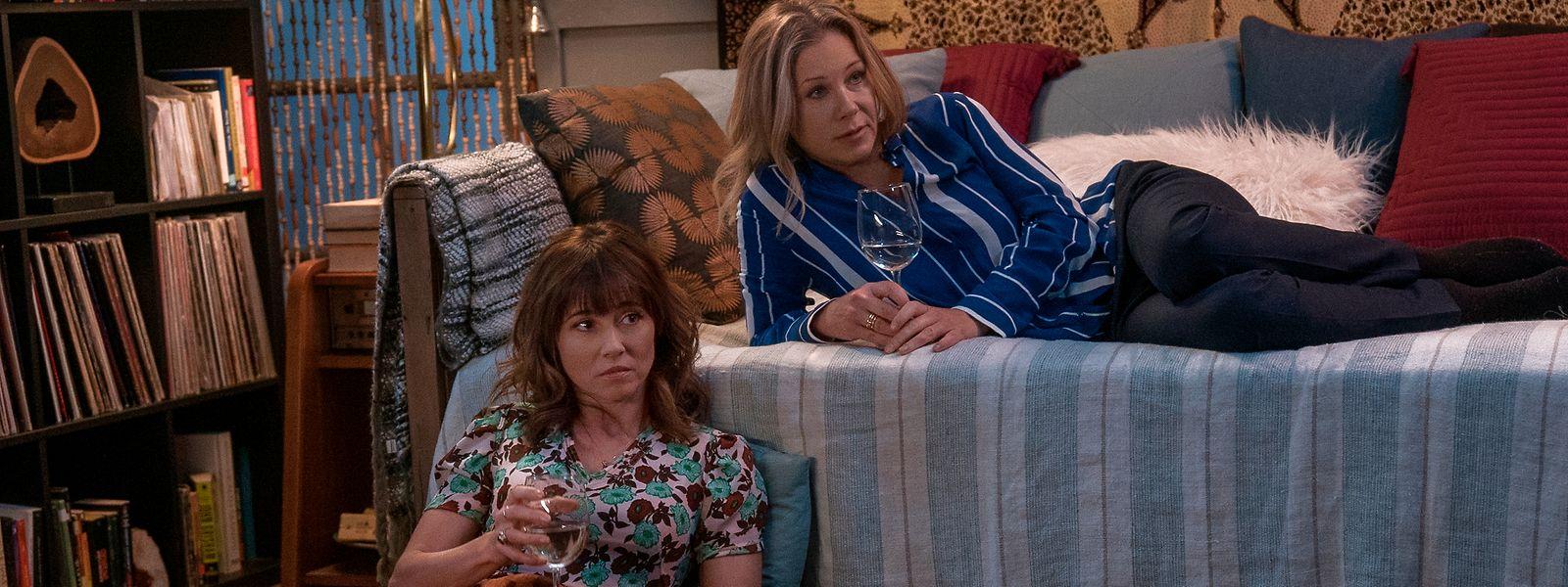 "Judy (Linda Cardellini) und Jen (Christina Applegate) in der Netflix-Serie ""Dead to Me""."