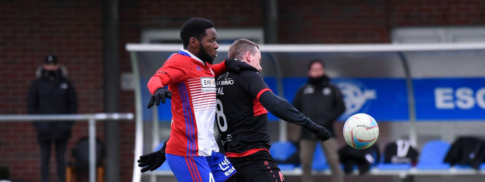 Fola-Spieler Rodrigue Dikaba (l.) und Ben Payal (Strassen) kämpfen um den Ball.