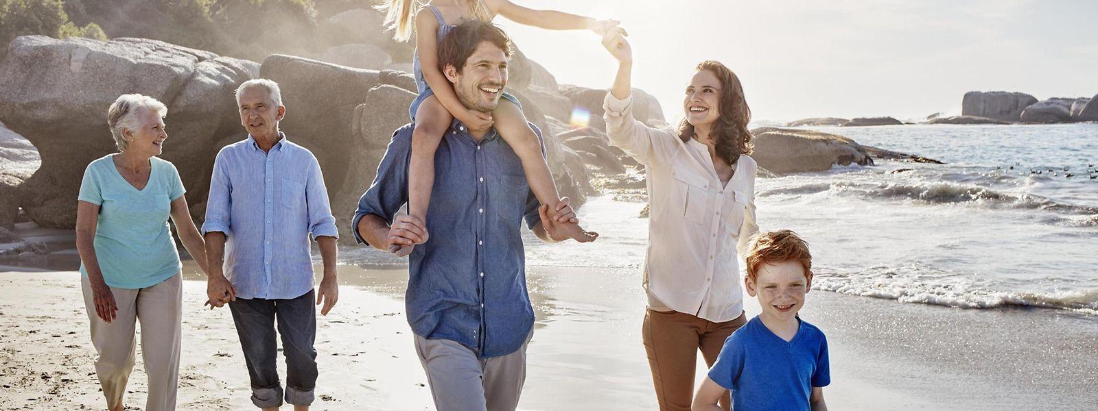 Oma und Opa sind auch dabei: Mehr-Generationen-Urlaub ist in Zeiten von Patch-Work-Familien keine Seltenheit mehr. Und die ältere Generation hat eher das nötige Kleindgeld für Reisen als junge Familien.
