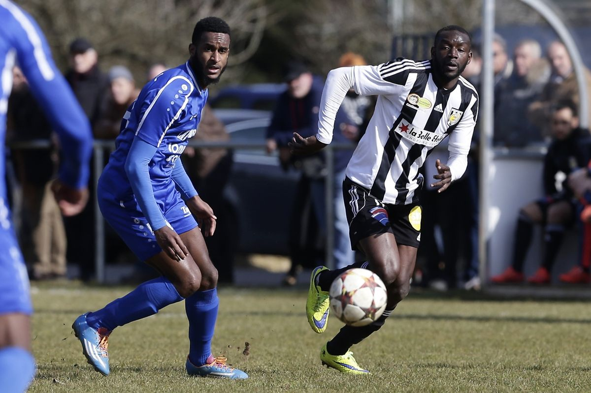 Momar N'Diaye, ici à la lutte avec Samuel Correia, a sorti une belle épine du pied à la Jeunesse.