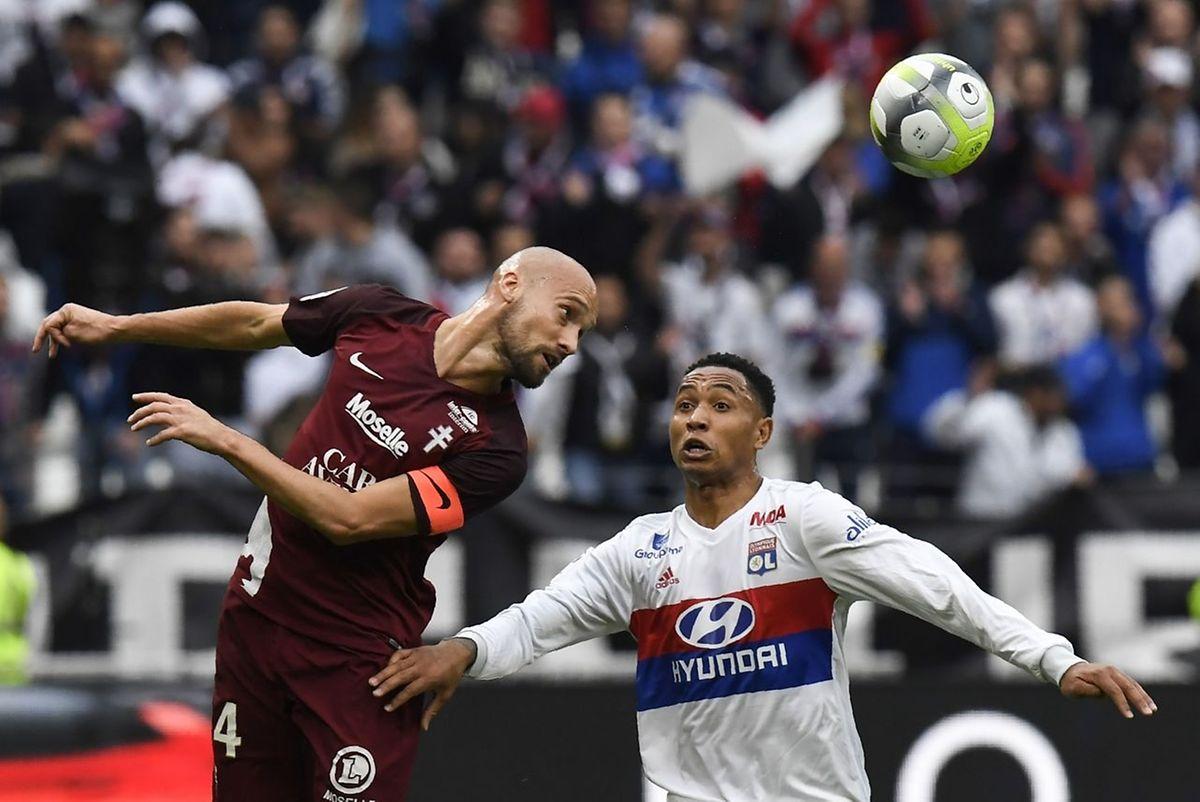 Renaud Cohade émerge de la tête devant Kenny Tete