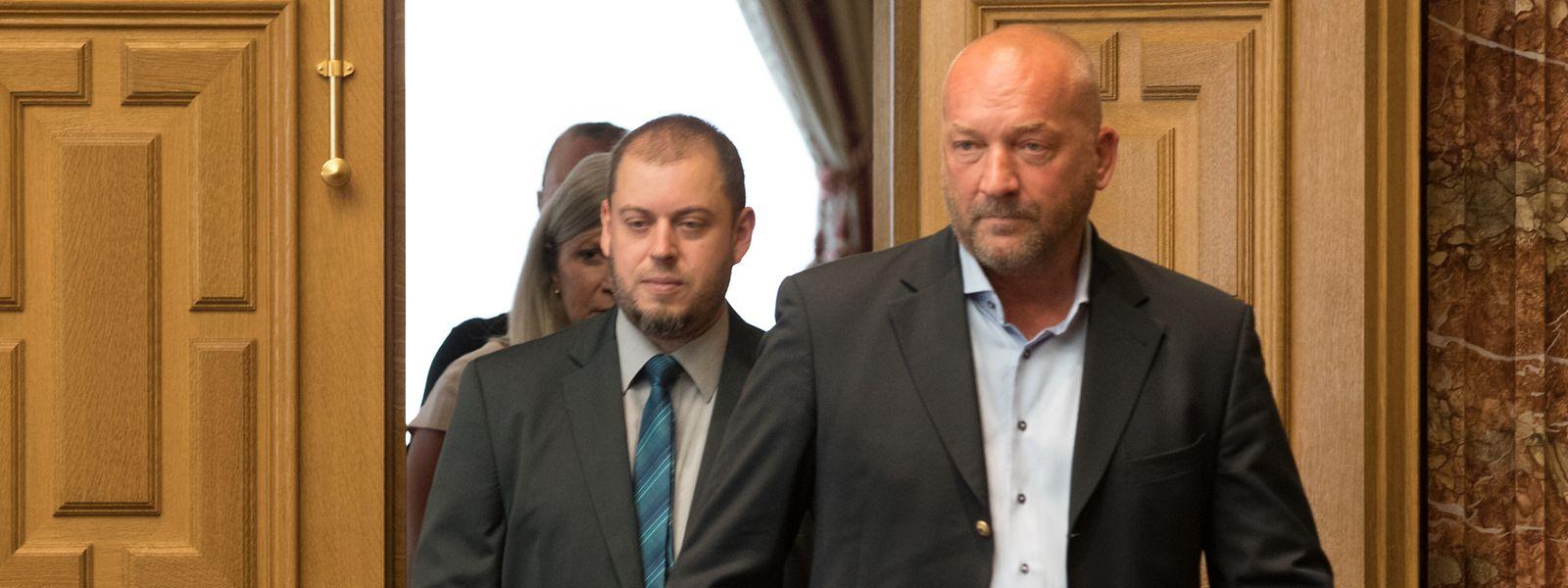 Mike Clemens et Daniel Frères, initiateur et pétitionnaire de la pétition n°1156 pour l'interdiction des battues au Luxembourg, entrent au parlement.