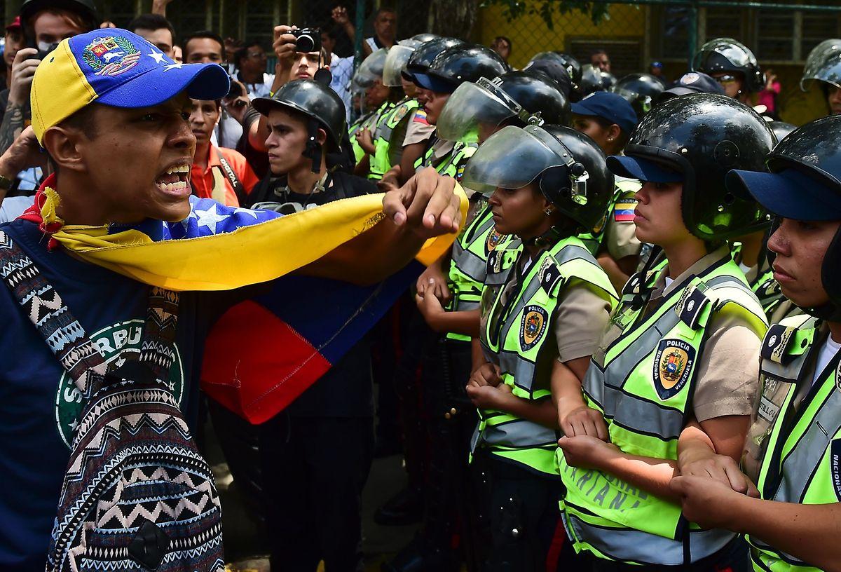 Konfrontation statt Kooperation: Mit Polizei- und Militärgewalt geht der Staatschef gegen die Krise vor.