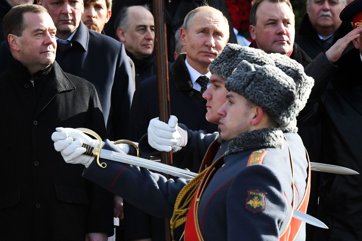 Le Premier ministre russe Dimitri Medvedev, à gauche du président Vladimir Poutine.