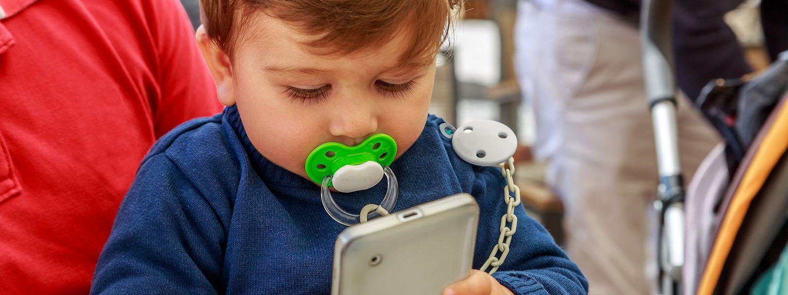 L'utilisation trop précoce des téléphones portables peut avoir des conséquences sur le développement de l'enfant.