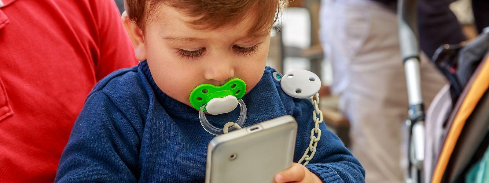 Die Kinderärzte warnen vor einer zu frühen Nutzung von Smartphones und Tablets. Das habe katastrophale Folgen für die kindliche Entwicklung.