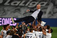 Real Madrid's players toss Real Madrid's French coach Zinedine Zidane after winning the Liga title  after the Spanish League football match between Real Madrid CF and Villarreal CF at the Alfredo di Stefano stadium in Valdebebas, on the outskirts of Madrid, on July 16, 2020. (Photo by GABRIEL BOUYS / AFP)