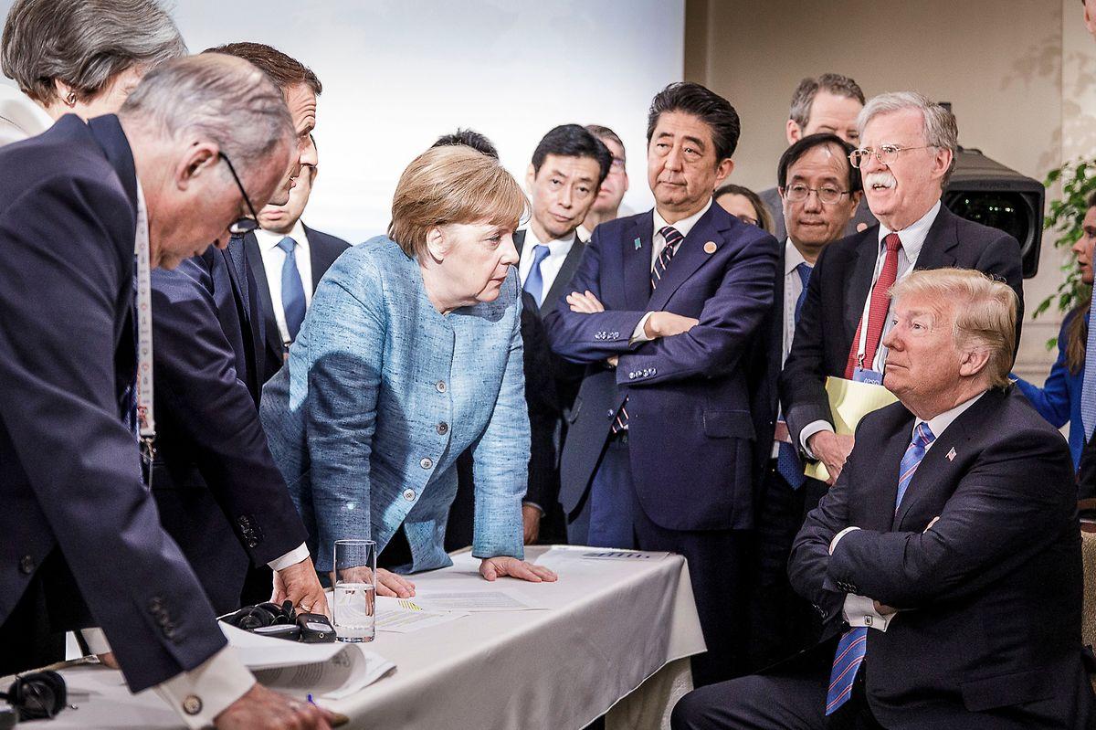 Das Foto des Gipfels: Bundeskanzlerin Angela Merkel redet auf den US-Präsidenten ein.