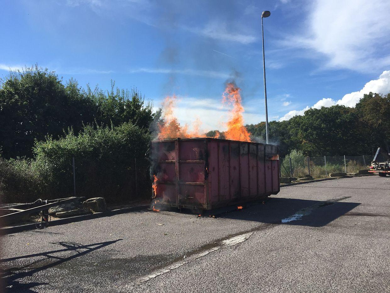 """""""Große Mülltonne"""" - beim Eintreffen der Feuerwehr stand der Contaier in Flammen."""