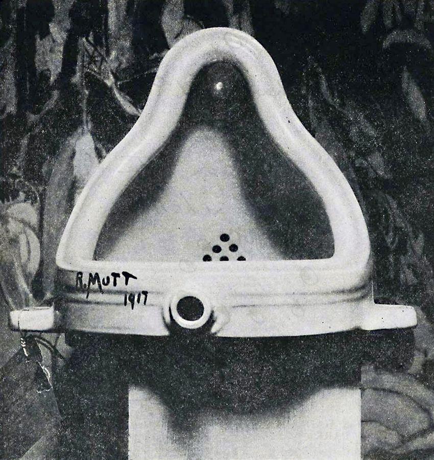 """""""Fountain"""" von Marcel Duchamp, fotografiert von Alfred Stieglitz, 1917. Das umgedrehte Urinal zählt zu den Schlüsselwerken der modernen Kunst. Es löste bei seiner ersten Ausstellung eine Kontroverse über den Kunstbegriff aus - und tut das noch heute. Das Original ist verschollen."""