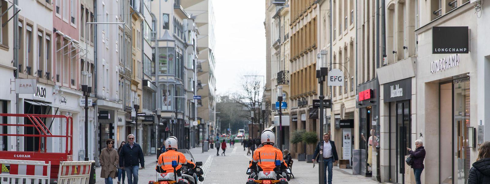Am 18. März hat die luxemburgische Regierung für zehn Tage den Ausnahmezustand ausgerufen, am 21. März hat das Parlament ihn einstimmig um drei Monate verlängert. Die damit verbundenen Ausgangsbeschränkungen werden vom Großteil der Bevölkerung eingehalten, die Polizei führt regelmäßig Kontrollen durch.