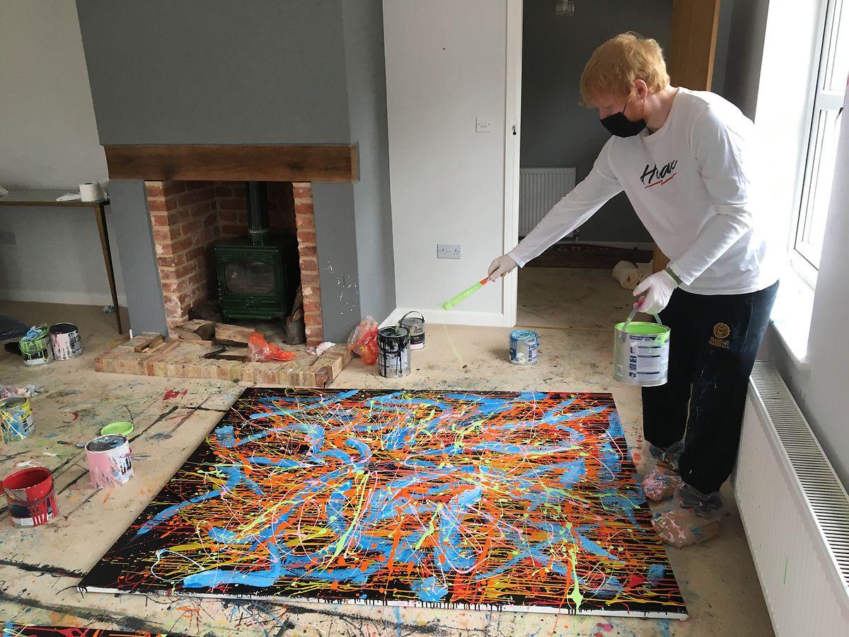 Der britische Popstar bei der Arbeit an einem seiner Gemälde (undatierte Aufnahme). Sheeran hat ein selbst gemaltes Bild zur Verlosung für einen guten Zweck gespendet.