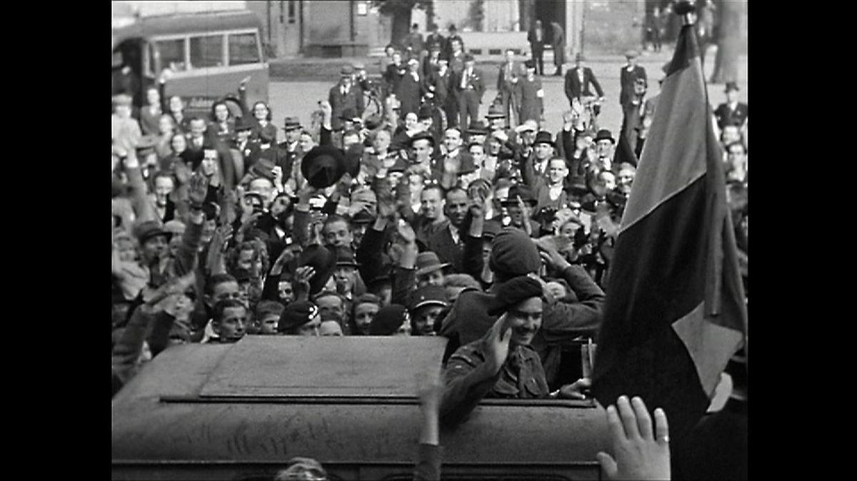 Le grand-duc Jean avec son père, le prince Félix, délivrant Luxembourg le 10 septembre 1944.
