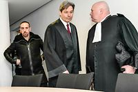 Bayern Munichs Franck Ribery (L) and his lawyers Gerhard Riedl (C) and Carlo Brusa arrive at court over a case filed by his former agent Bruno Heiderscheid who is claiming 3.5 million euros from the French football star, on on December 12, 2017 in the southern German city of Munich. / AFP PHOTO / Guenter SCHIFFMANN