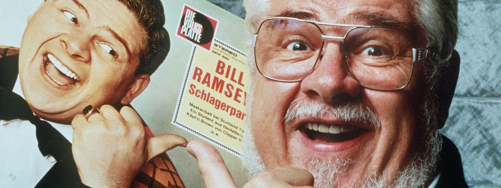 Bill Ramsey Ende der 1990er-Jahre mit einem Plattencover aus früheren Tagen.