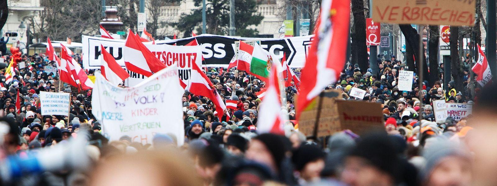 Auf der Wiener Ringstraße versammelten sich geschätzt 10.000 Gegner der restriktiven Corona-Politik.