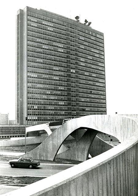 Cette photo de 1976 montre un pont piétonnier en béton sur lequel les passants peuvent accéder à l'Héichhaus.
