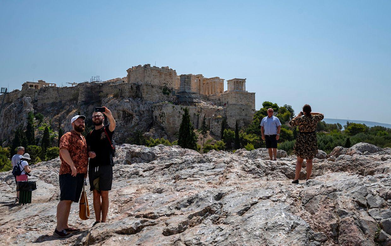 Athen: Touristen besuchen bei Temperaturen über 40 Grad den Hügel Areios Pagos mit der Akropolis im Hintergrund.