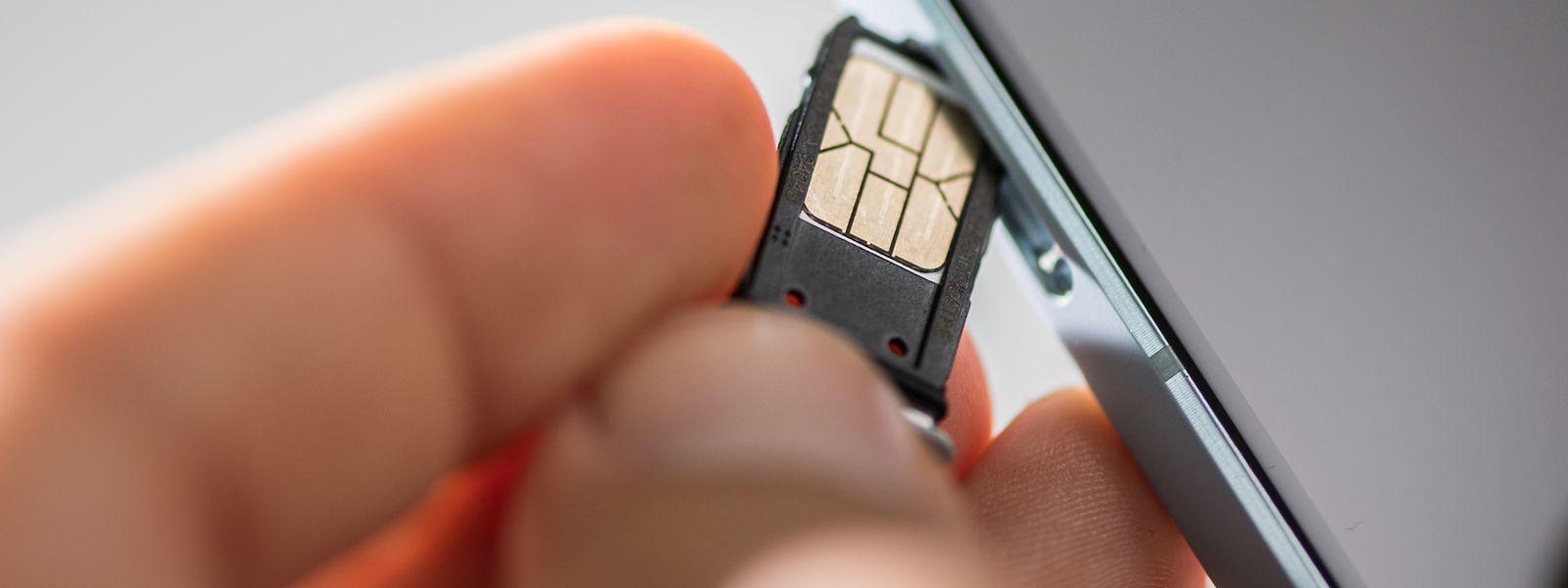 Über die Jahre sind SIM-Karten immer kleiner geworden - und inzwischen als eSIM zum Teil schon fest in Geräten verbaut.