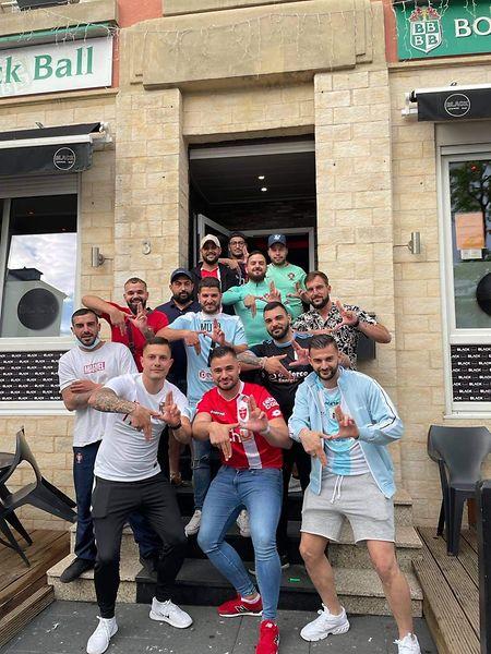 Renato Mota, irmão de Dany Mota (à esquerda em baixo) e os amigos no final do jogo da seleção contra a Espanha. Todos querem ir à Eslovénia ver a final.