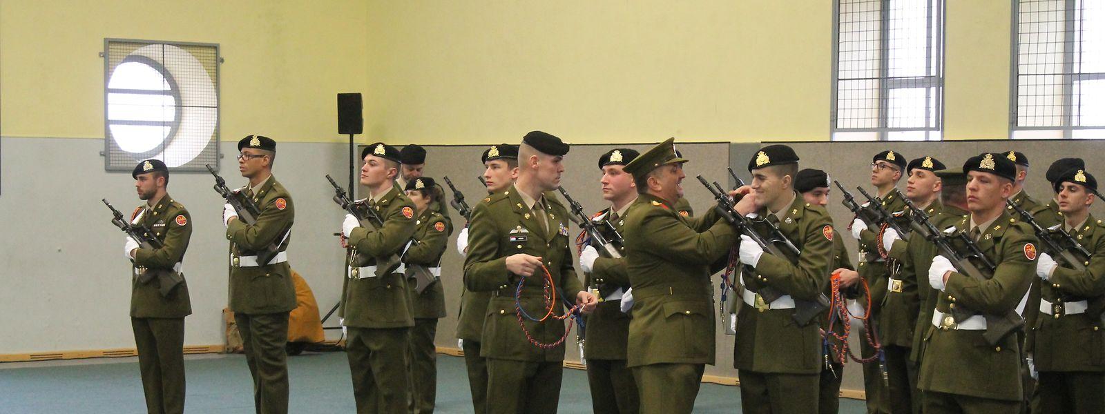Após a cerimónia do juramento de bandeira, vários soldados foram condecorados pelo bom desempenho em missões internacionais ao serviço do Exército Luxemburguês.