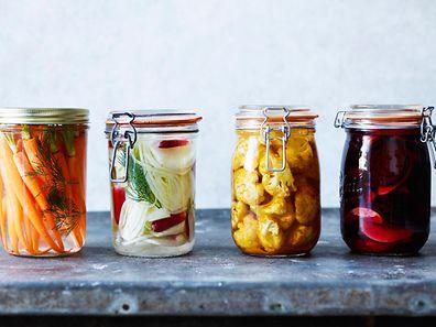 Karotten mit Dill, Fenchel und Radieschen, Blumenkohl oder Rote Bete: All diese Gemüsesorten eignen sich zum Einlegen.