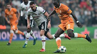 Vincent Aboubakar (FC Porto) Dusco Tosic (Besiktas) disputam uma bola.