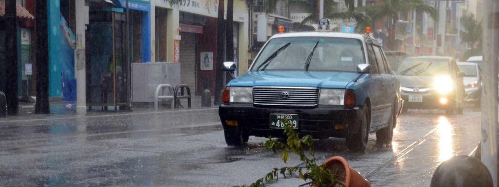 Sturm und heftiger Wind bestimmen das Bild auf Japans Straßen.
