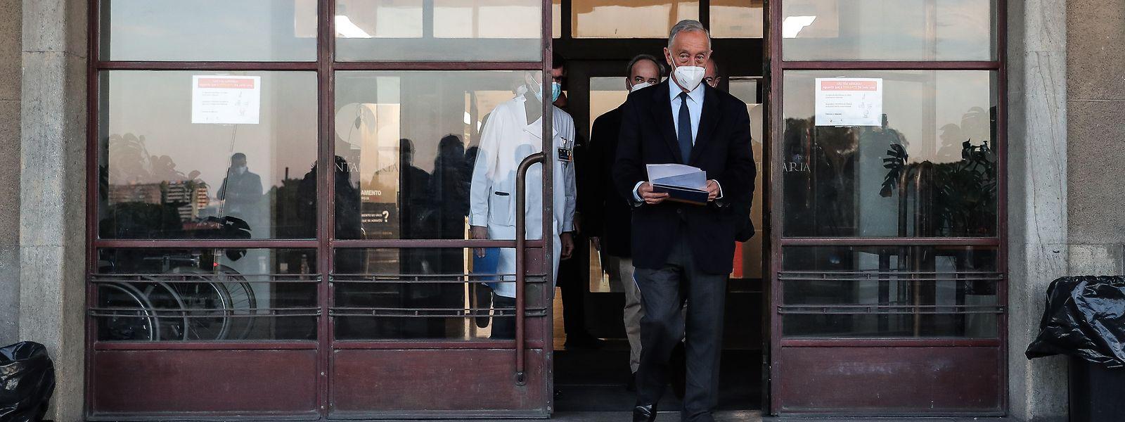 Marcelo Rebelo de Sousa numa visita ao Hospital Santa Maria, em Lisboa, no âmbito da campanha eleitoral para as eleições presidenciais.