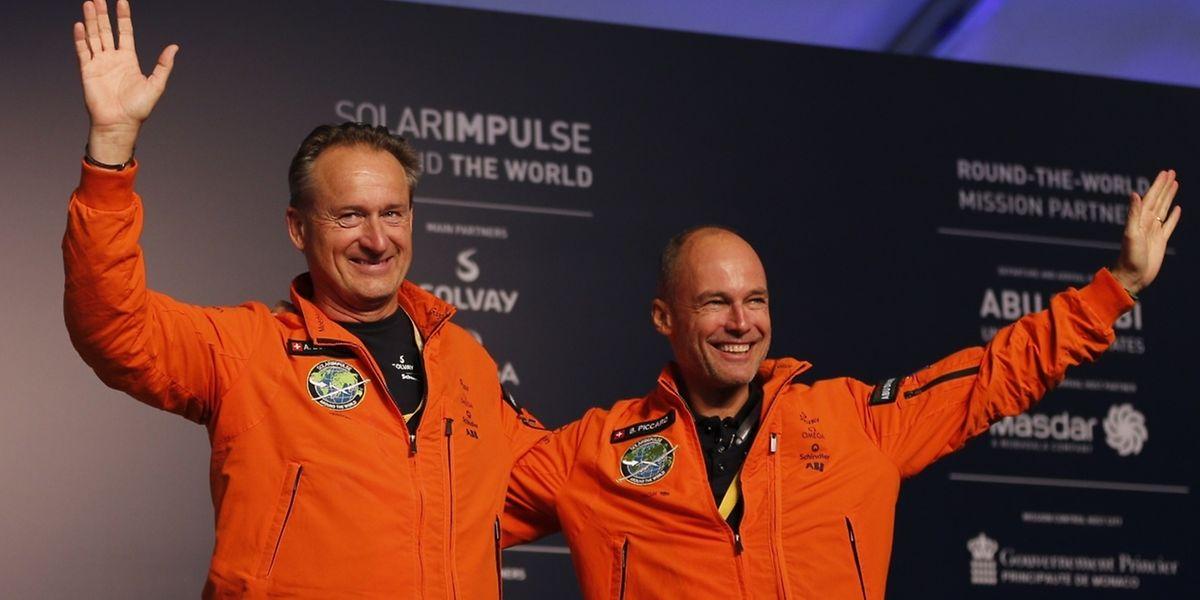 Die Piloten Piloten Bertrand Piccard (r.) und Andre Borschberg freuen sich über das geglückte Abenteuer.