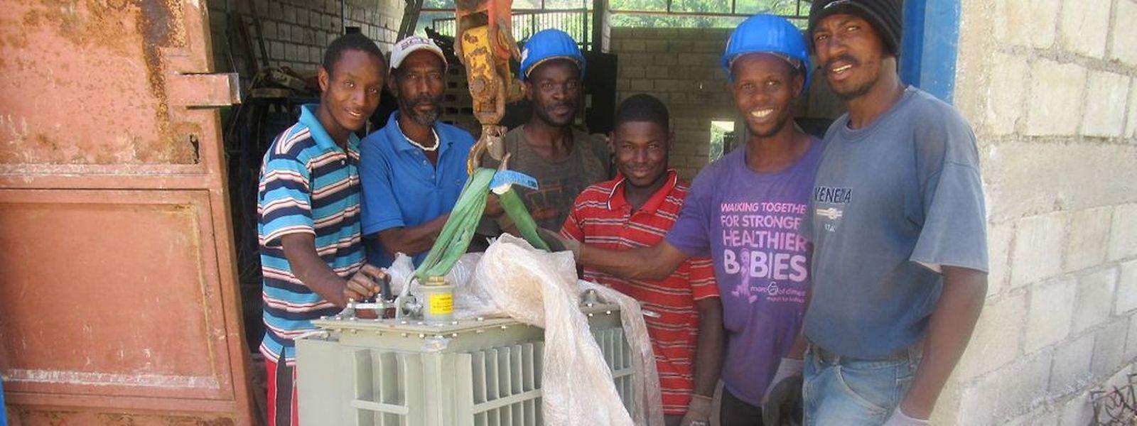 Die Haitianer helfen bei den Arbeiten tatkräftig mit und erhalten dafür ein kleines Entgelt.