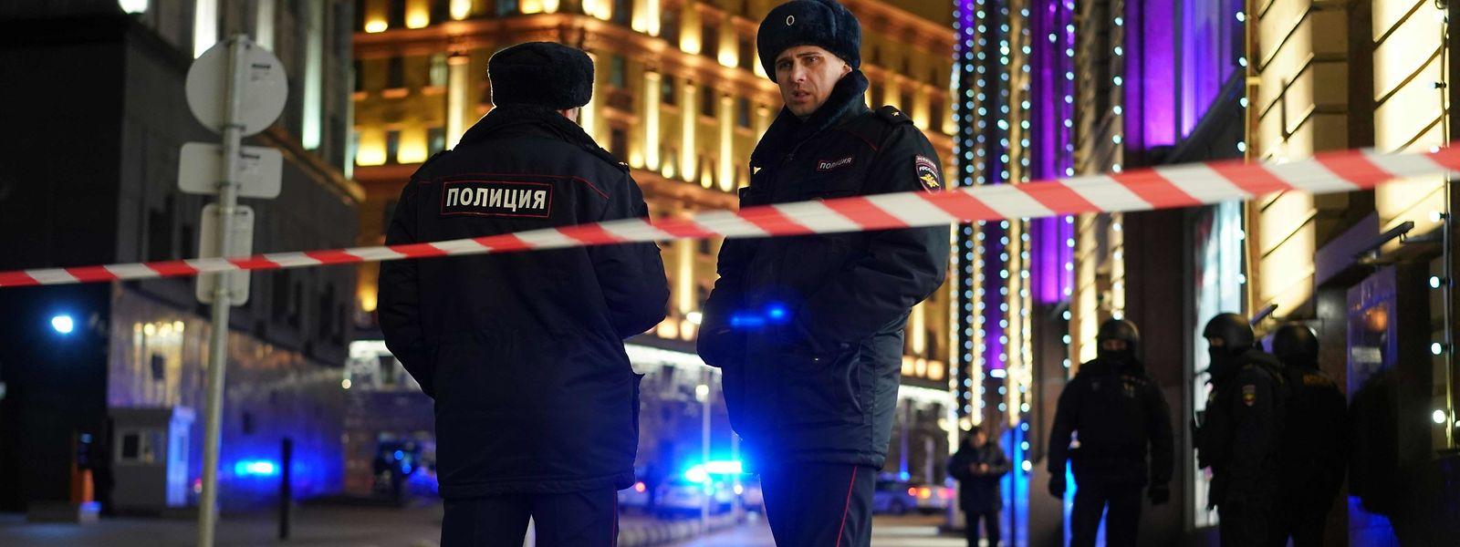 Russische Polizisten am Tatort.