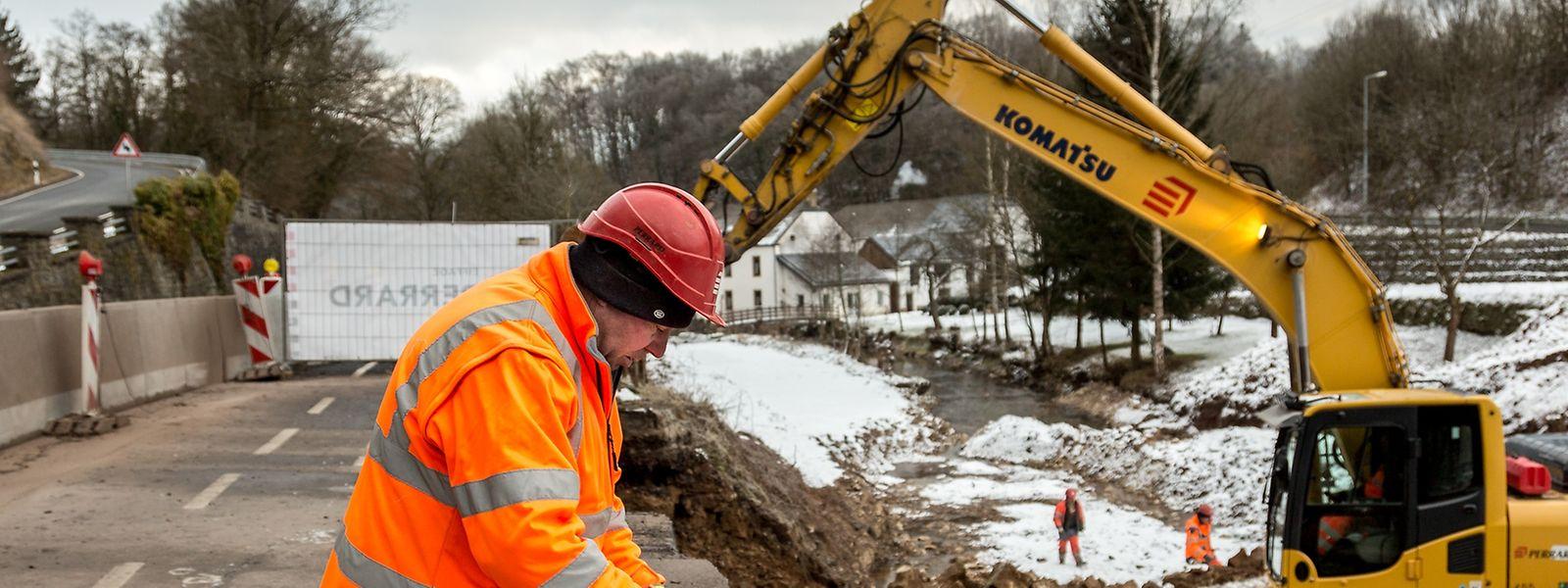 """Die Arbeiten an der Brücke bei der """"Hessemillen"""" haben erst Ende 2016 begonnen. Davor musste noch ein provisorischer Bypass für den Fluss gegraben werden."""