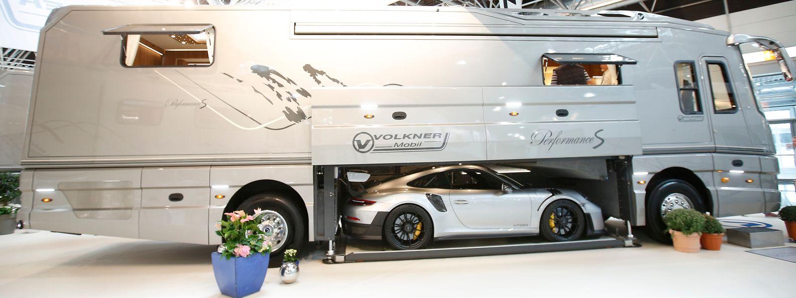 Luxus-Reisemobil mit Mittelgarage für den Sportwagen: der knapp eine Million Euro teure Performance S von Volkner.