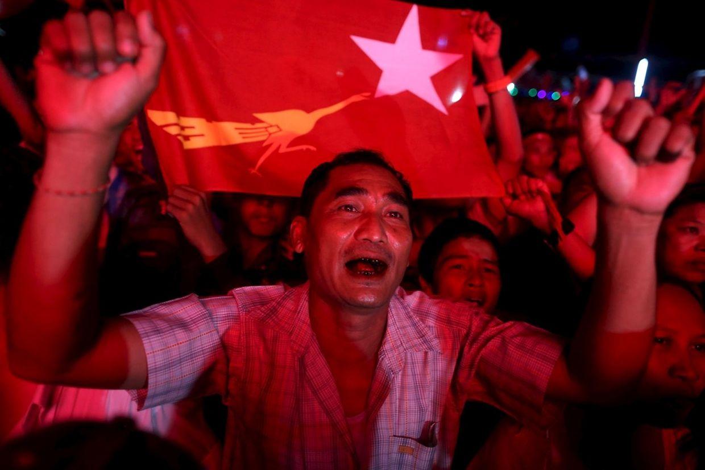 Ein spontanes Fest beginnt am Nachmittag vor der Parteizentrale der Oppositionspartei Nationalliga für Demokratie (NLD) in der Hafenstadt Rangun.