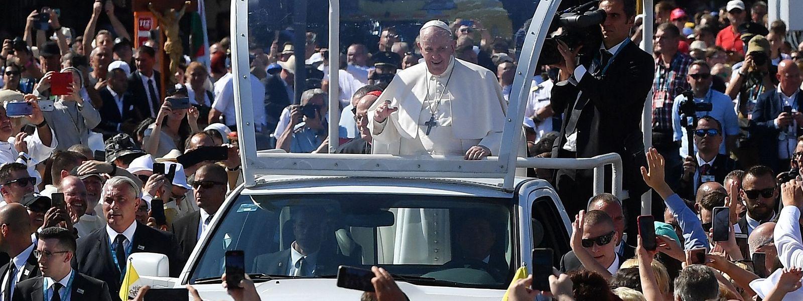 Zehntausende Menschen begrüßen Papst Franziskus auf seinem Weg zum Heldenplatz in Budapest, wo ein großer Freiluftgottesdienst stattfindet.