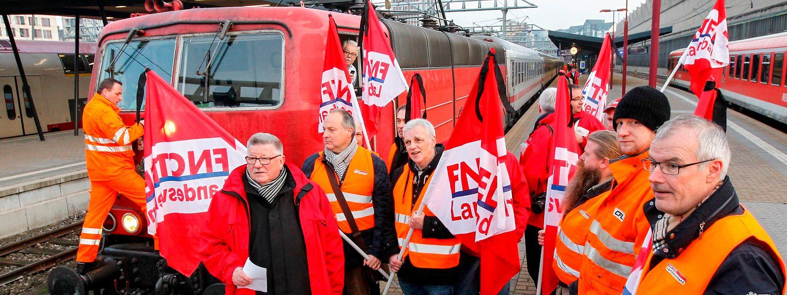 21.11. Gare Luxemburg / Der letzte Intercity der DB , Nordeich IC 133 , verlaesst Bahnsteig 9 / Demo FNCTTFEL , Landesverband protestiert Foto: Guy Jallay