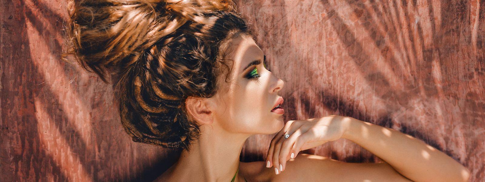 Nicht nur Gesicht und Körper, sondern auch Kopfhaut und Haar sollte man vor ausgiebiger UV-Strahlung schützen.
