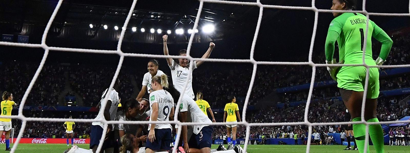 Das Stade Oceane in Le Havre steht kopf, als die Französinnen zum Sieg treffen.