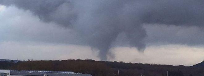 Der Mini-Tornado hielt sich mehrere Minuten lang in der Luft.