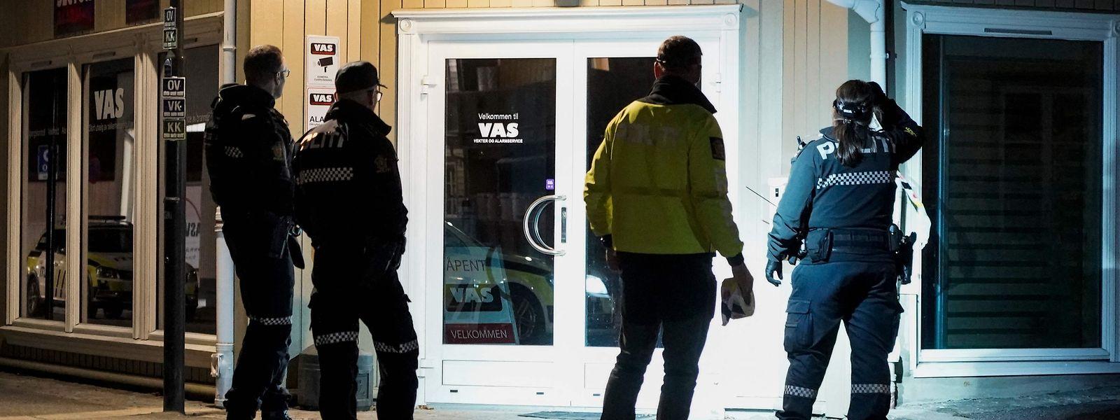 Polizeibeamte untersuchten am Mittwochabend die Tatorte genauestens.