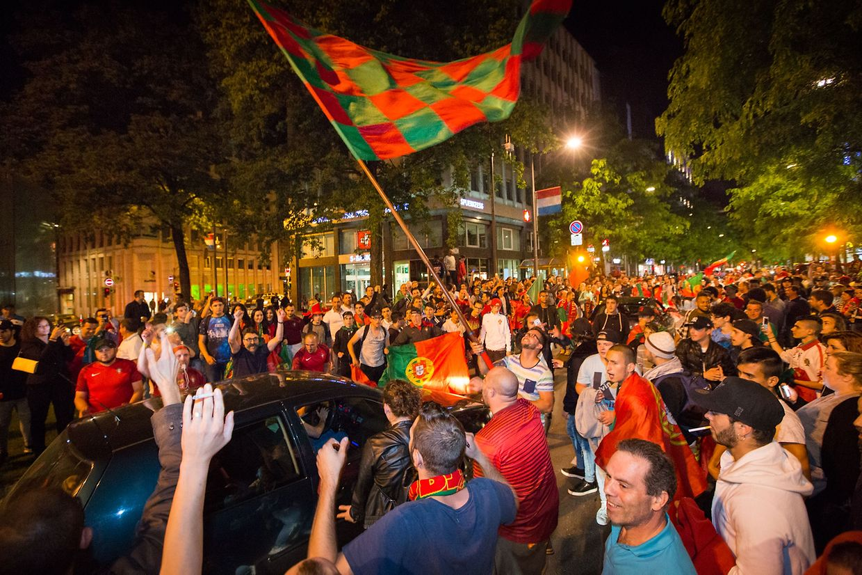 Ausgelassene Stimmung: Am Hauptbahnhof feierten Fans auf den Straßen.