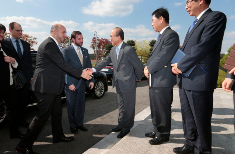 Wirtschaftsminister Etienne Schneider (l.) und Erbgroßherzog Guillaume besuchten am Montag Hyundai Mobis. Dort wurden sie empfangen von Präsident Seung Gyun Jung.