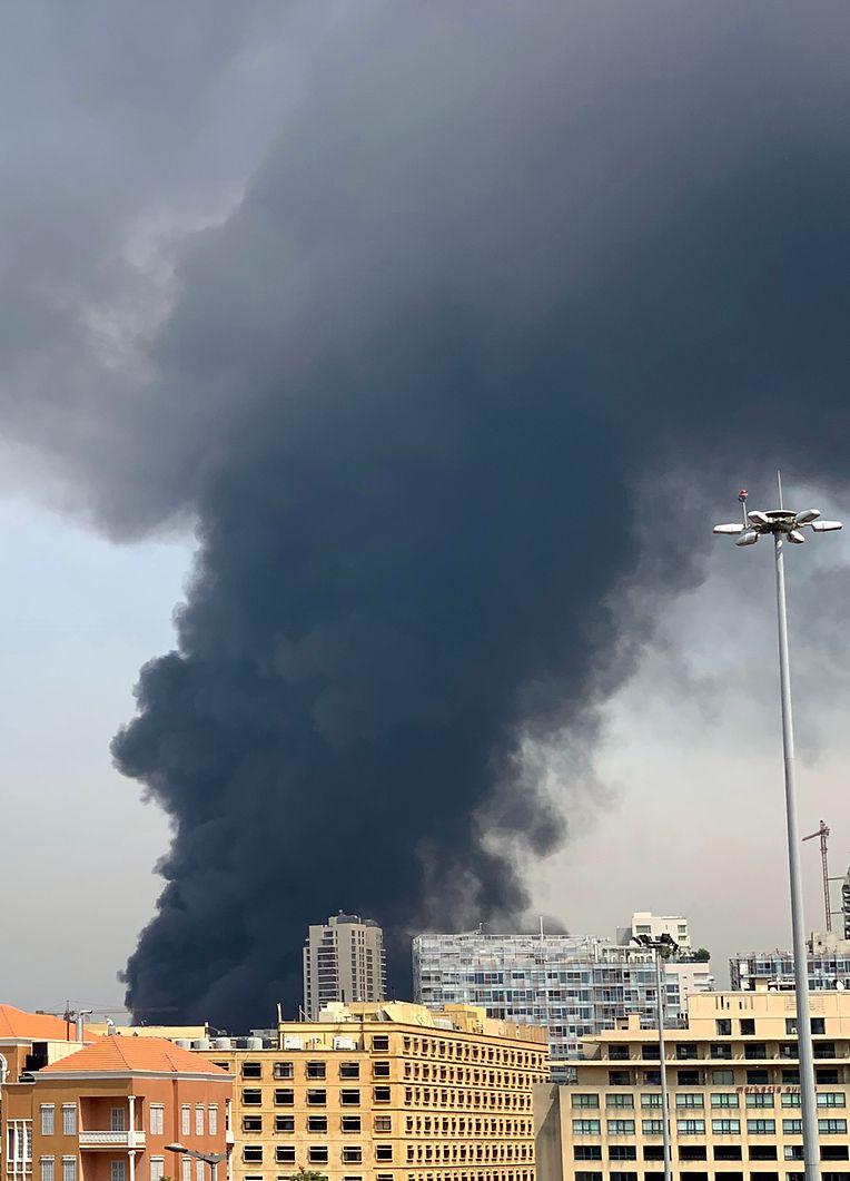 Schwarze Rauchschwaden steigen über Beirut auf.