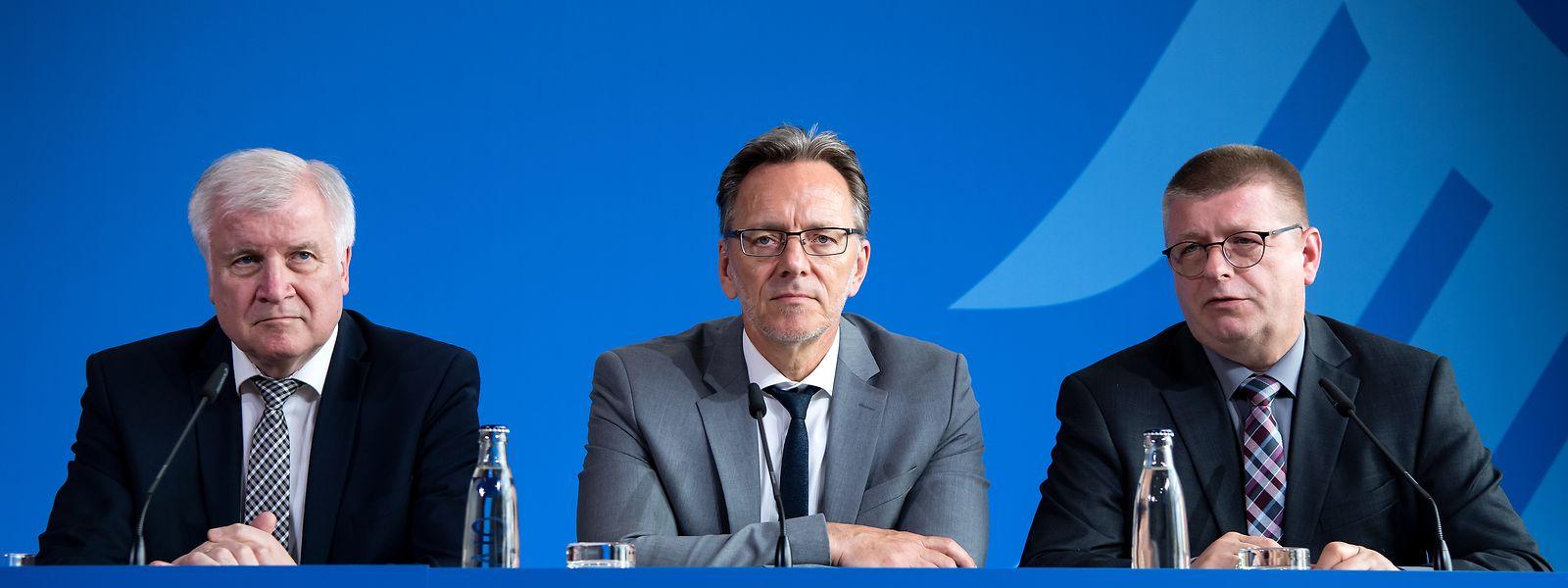 Horst Seehofer (l-r, CSU), Bundesminister für Inneres, Heimat und Bau, Holger Münch, Präsident des Bundeskriminalamts (BKA), und Thomas Haldenwang, Präsident des Bundesamts für Verfassungsschutz (BfV), äußern sich bei einer Pressekonferenz im Bundesinnenministerium zum Mordfall Walter Lübcke.