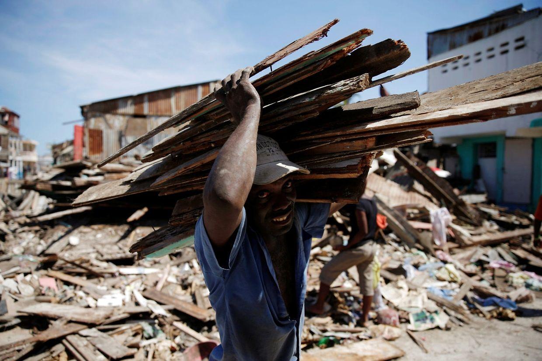 """Hurrikan """"Matthew"""" hat auf Haiti schwere Schäden angerichtet. Viele Menschen haben keine Unterkunft mehr."""